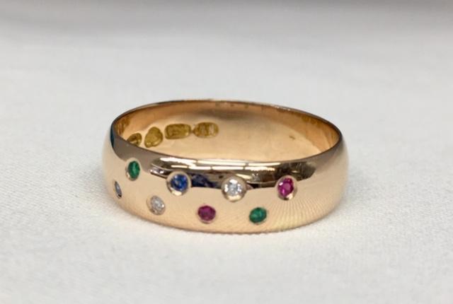 Asiakkaan vanhaan sileään sormukseen istutettiin timantteja, rubiineita ja safiireita. Hän halusi siihen väriä.