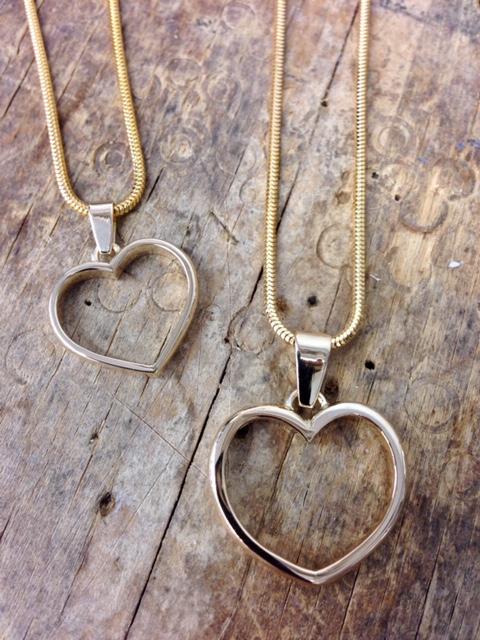 Isovanhempien sileät sormukset tehty rippitytöille sydänriipukseksi.