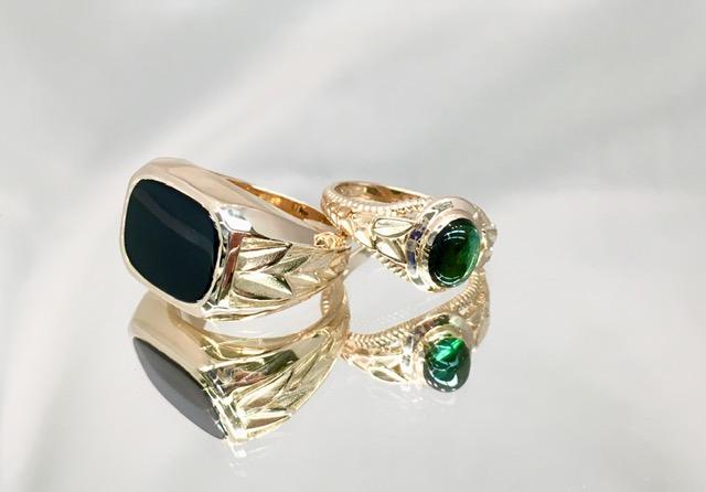 Vihkisormukset, kivinä musta onyx ja vihreä turmaliini. Kuviointi rungoissa yhdistää nämä toisiinsa.