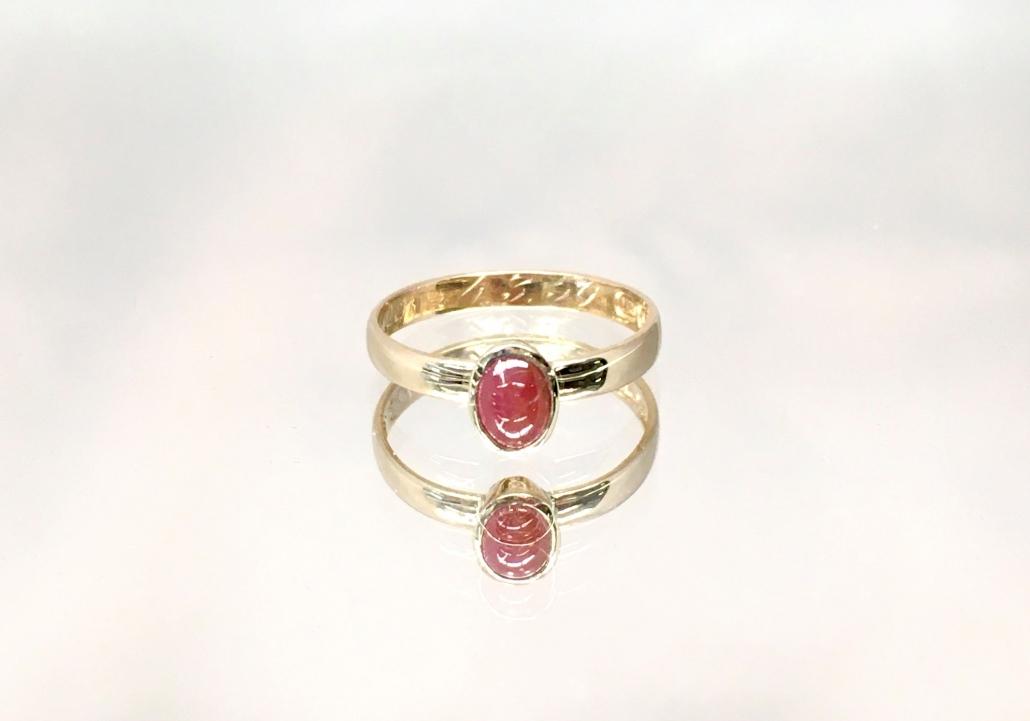 Karneoli sormus. Sekä sormus että kivi olivat asiakkaan omat ja sormus on ollut isoäidin kihlasormuksena.